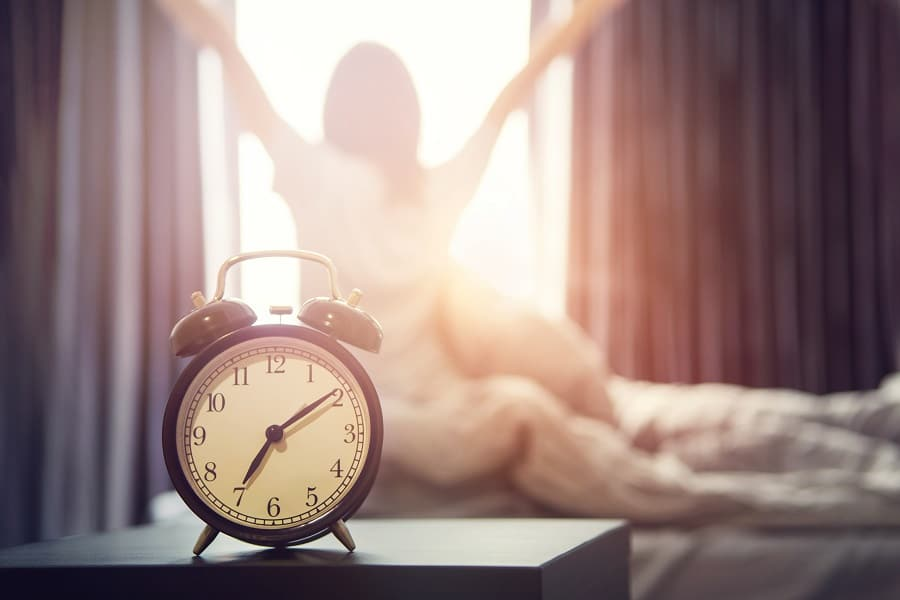 reveil matin femme fenêtre