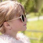 Portrait d'une jeune fille avec des lunettes de soleil