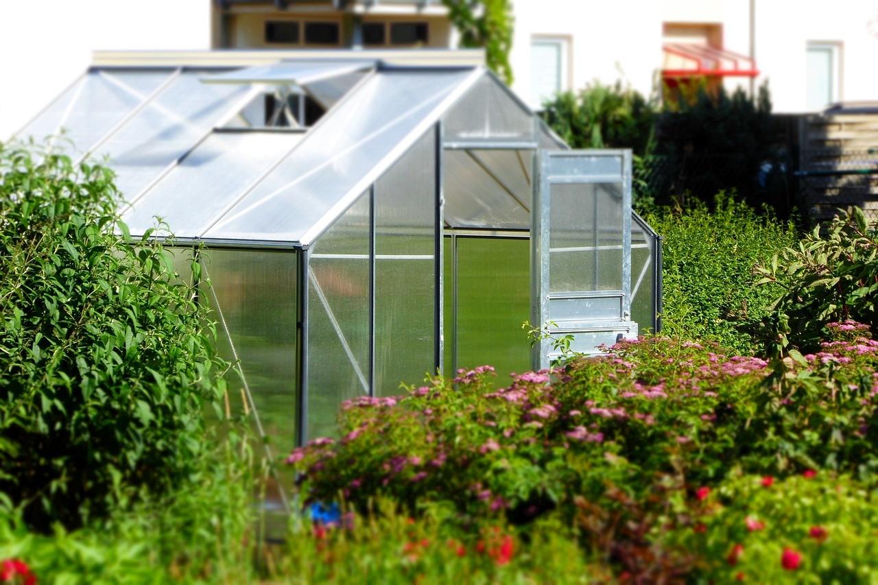 installation de bâche pour serre de jardin