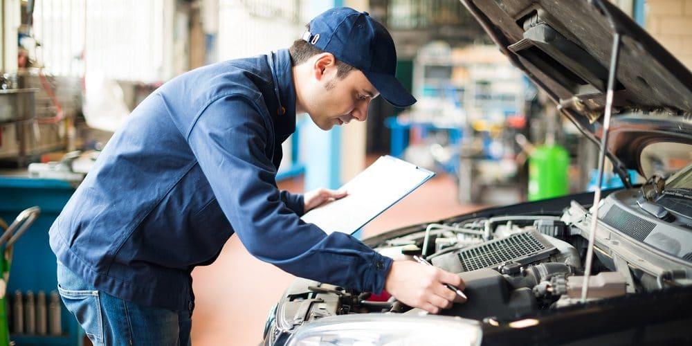 confier la réparation d'une voiture à un garagiste